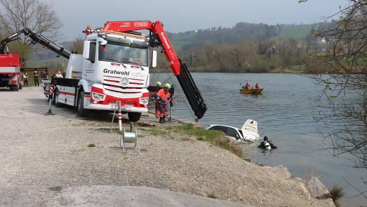Mit einer Tauchequippe und einem Bergungsfahrzeug wird der Porsche Cayenne am  Morgen nach dem Unfall vom Samstag herausgefischt.
