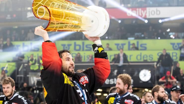 Am 20. April 2019 war die Welt in Bern noch in Ordnung: Simon Moser mit dem Meisterpokal.