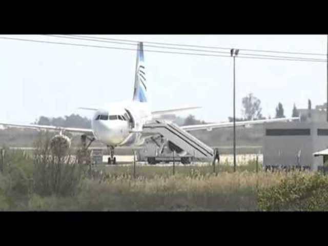 Kurz vor der Verhaftung des Flugzeug-Kidnappers: Eine Person steigt aus der Egypt-Air-Maschine in Larnaka