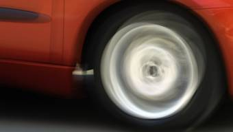 Der Autofahrer beging Fahrerflucht, statt sich um den schwer verletzten Fussgänger zu kümmern. (Symbolbild)