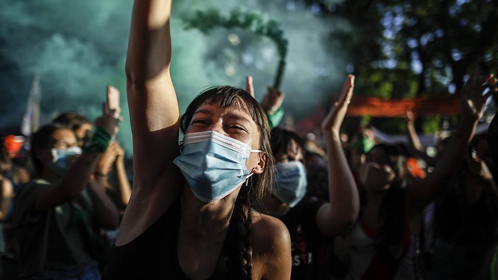 Aktivistinnen nehmen vor dem Kongress an einer Demonstration für die Entkriminalisierung von Abtreibungen teil, während die Gesetzgeber über einen Gesetzentwurf zur Legalisierung debattieren.