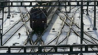 Auf der Bahnstrecke Zug-Zürich wird ein neuer Sanierungstunnel gefordert. (Symbolbild)