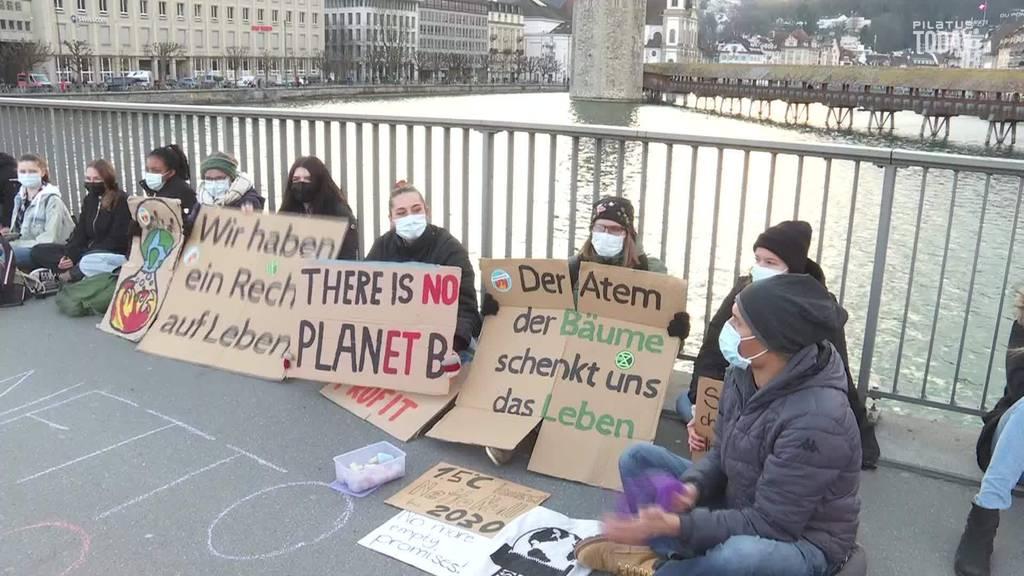 Klimajugend fordert mit Sitzstreik «Netto-Null bis 2030»