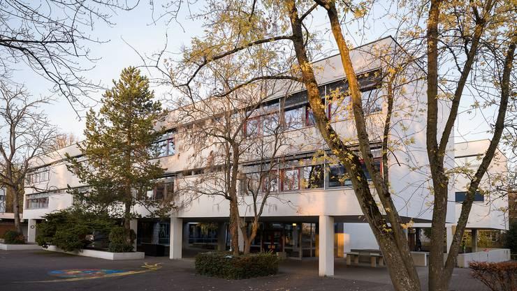 Die Schwimmhalle «Wasserstelzen» gehört zum gleichnamigen Schulhaus. (Archiv)
