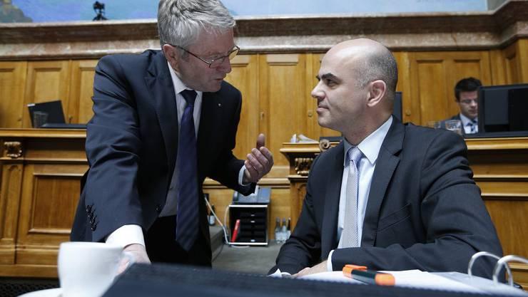 Nationalrat Walter Müller (links) diskutiert mit Bundesrat Alain Berset.