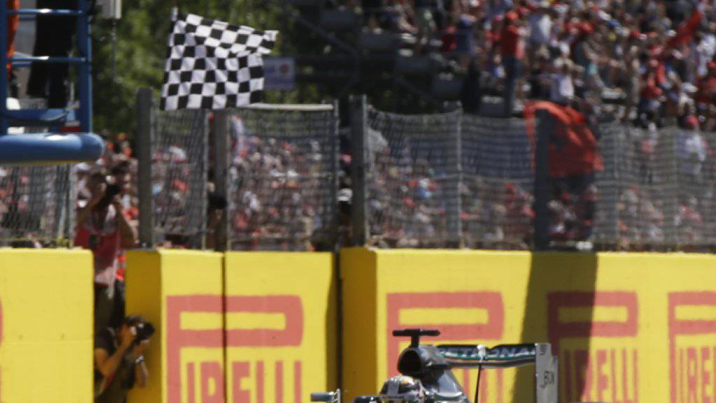 Lewis Hamilton fährt als Sieger über die Zielline in Monza: Sein 40. Triumph