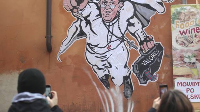 Sticker auf Hausmauer in Rom zeigt den Papst als Superhelden