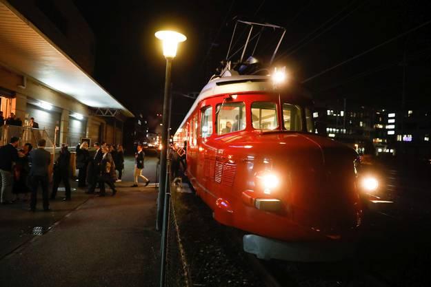 ...zuvor wurden sie mit einem Nostalgiezug direkt vom Zürcher HB nach Schlieren befördert