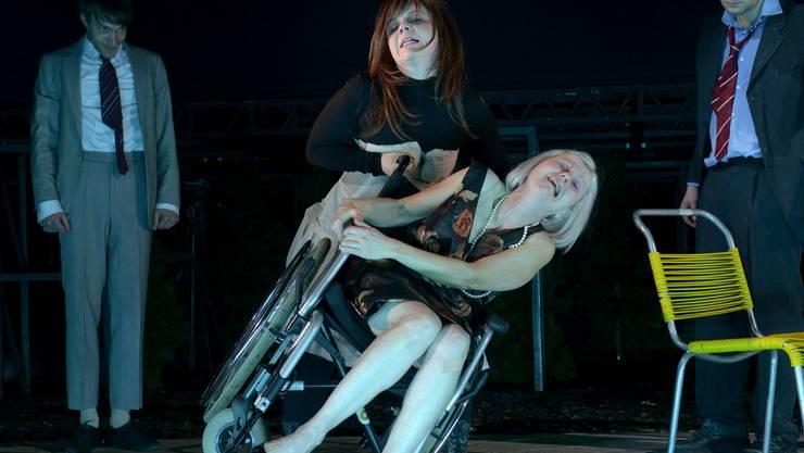 Therese Affolter in der Rolle von Edith (im Rollstuhl) am Akademietheater Wien mit Sarah Viktoria Frick in der Rolle der Petra. Georg Soulek/Burgtheater Wien