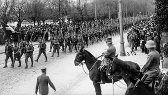 Alle im Gleichschritt: Ein Defilee 1918.