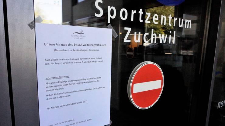 Eingangstüre zum Sportzentrum Zuchwil: Der vollständige Stillstand kostet die Sportzentrum AG und damit Zuchwil viel Geld.