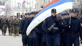 Polizisten marschieren zum Nationalfeiertag der bosnischen Serben. Das Verfassungsgericht von Bosnien-Herzegowina hatte den Feiertag als nicht verfassungskonform erklärt.