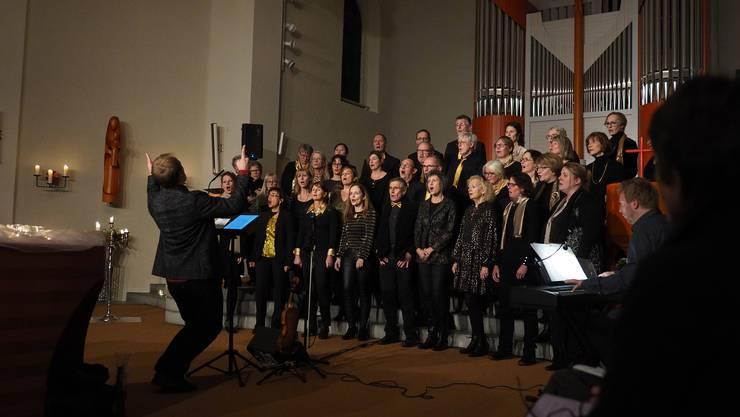 Der Gospelchor Sing2gether während des Adventskonzerts in der römisch-katholischen Kirche Winznau.