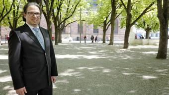 Herr des Münsterplatzes: Vereinspräsident Pascal Eisner zeigt, wo der Pavillon des Projekts «Reinhören» während zweier Wochen stehen wird. Foto: Kenneth Nars