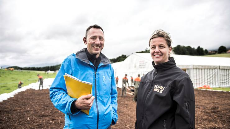 Anlagen aufbauen fürs Regionalturnfest in Bellach: Bauchefin Corinne Blaser und OK-Chef Daniel Meier.