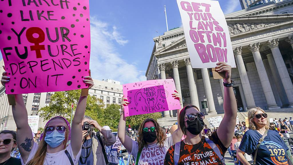 Menschen versammeln sich während einer Demonstration für das Recht auf Abtreibung in New York. Foto: Mary Altaffer/AP/dpa