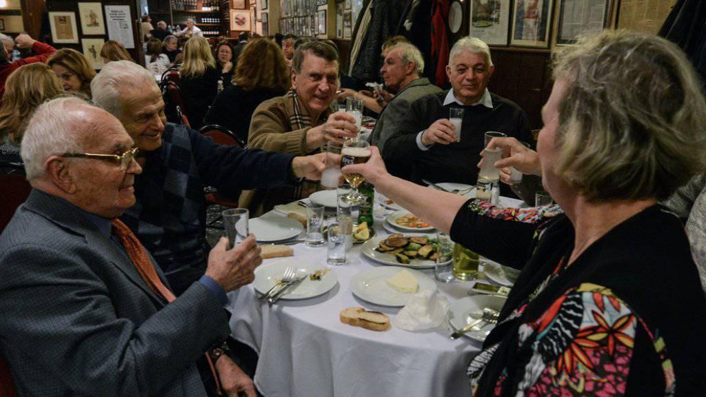 Gäste in einem türkischen Restaurant prosten sich mit Raki und Bier zu. (Symbolbild)