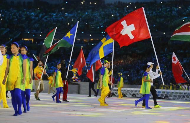 Nino Schurter trägt die Schweizer Fahne.