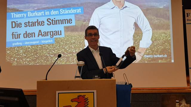 FDP-Ständerats-Nomination: Kantonalpräsident Lukas Pfisterer übergibt Thierry Burkart ein Aargauer «Kraftpaket»