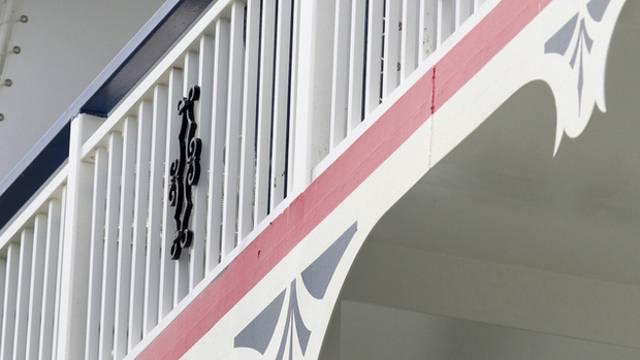 Das Mädchen war über eine Balkonbrüstung geklettert (Symbolbild)