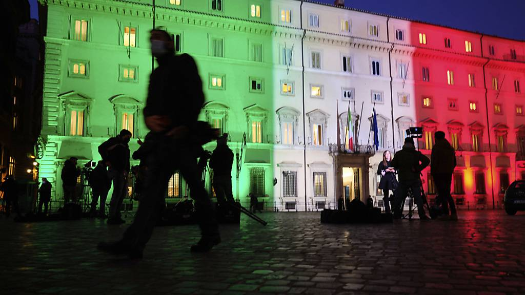 Fernsehteams stehen vor dem Regierungssitz Palazzo Chigi in Rom. Foto: Mauro Scrobogna/LaPresse/AP/dpa