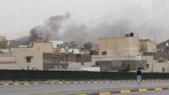 Über dem libyschen Parlament steigt Rauch auf (Quelle: AP)