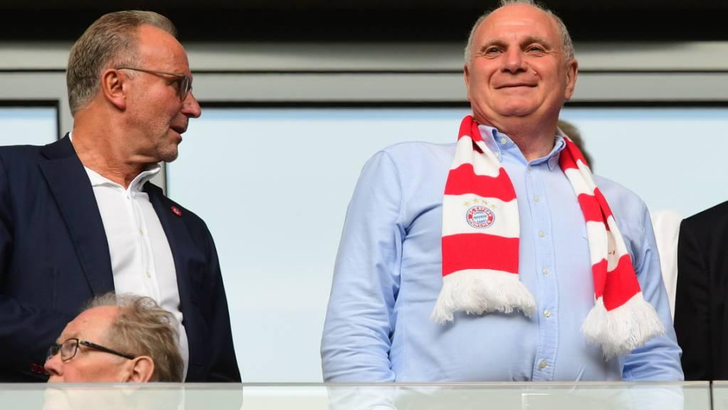 Nicht zufrieden: Der Bayern-Präsident Uli Hoeness (re., mit CEO Karl-Heinz Rummenigge) polterte am Mittwochabend wortgewaltig gegen den DFB, Bundestrainer Joachim Löw und den Spielkalender der FIFA