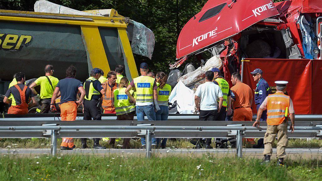 Im Auto, das zwischen den beiden Lastwagen eingeklemmt wurde, verlor eine deutsche Familie mit zwei Mädchen im Alter von 8 und 12 Jahren das Leben.
