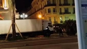 Dieses Video zeigt den Moment nach der Amok-Fahrt von Nizza, als Polizisten den LKW stürmen