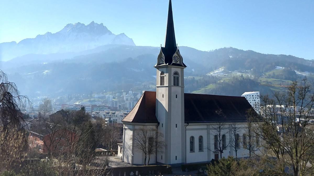 Da keine Gottesdienste stattfinden können, versuchen die katholische und reformierte Kirche anderweitig für die Menschen da zu sein.