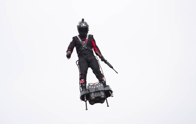 Franky Zapata schwebt mit seinem Flyboard über Paris.