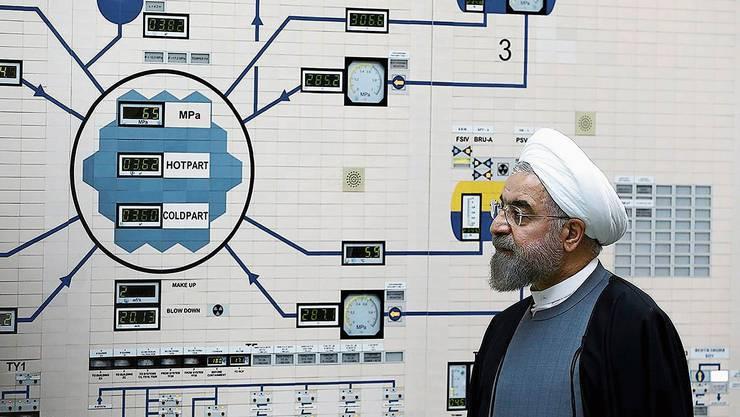 Präsident Hassan Rohani beim Besuch eines Kernkraftwerks nahe der iranischen Küstenstadt Buschehr.