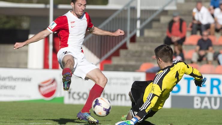 Solothurns Nikola Gataric (links) kommt gegen Grenchens Goalie Diego Schaad einen Schritt zu spät.
