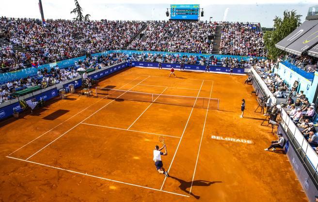 Ausverkauft und bis fast auf den letzten Platz gefüllt war das provisorisch errichtete Stadion in der serbischen Haupstadt Belgrad.