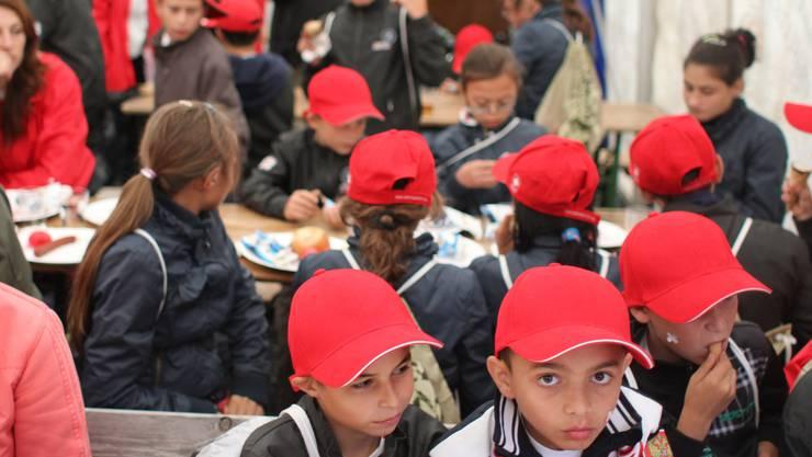 Ein wenig skeptisch sind sie: Die moldawischen Kinder essen ihr Dessert, umringt von Fotografen und Journalisten.