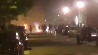 Jugendliche griffen die Polizei mit Molotowcocktails an, nachdem ein junger Mann erschossen wurde.