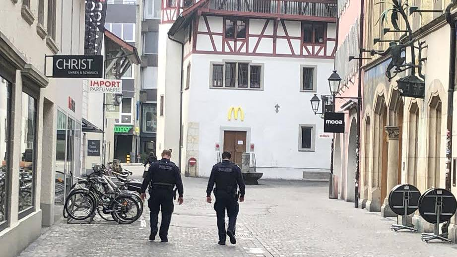 Polizeipatrouille in der Aarauer Innenstadt.