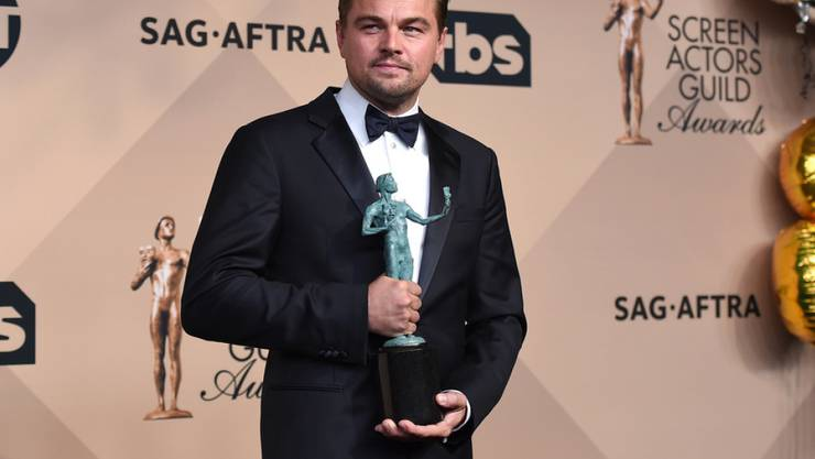 """Immerhin hat er die E-Zigi fürs Foto verschwinden lassen: Leonardo DiCaprio posiert mit seiner SAG-Trophäe für seine Leistung als bester Schauspieler in """"The Revenant"""" (Archiv)."""