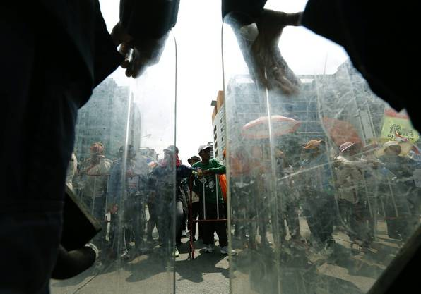 Die Armee steht einer Armee von Reisbauern gegenüber. Diese solidarisieren sich inzwischen mit den Demonstranten, um auf ihre missliche Lage hinzuweisen.