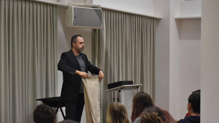 Michel Gammenthaler erklärte dem Publikum, er werde ihnen zeigen, wie sie ein Frotteetuch in ein Poulet verwandeln können. Mit Aufrollen fing es an...