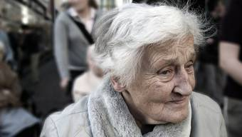 Die engagierten Frauen des 1907 gegründeten Frauenvereins leisten den Senioren beispielsweise Gesellschaft, begleiten sie bei Spaziergängen und reichen auch sonst die Hand, wo Hilfe nötig ist. (Symbolbild)