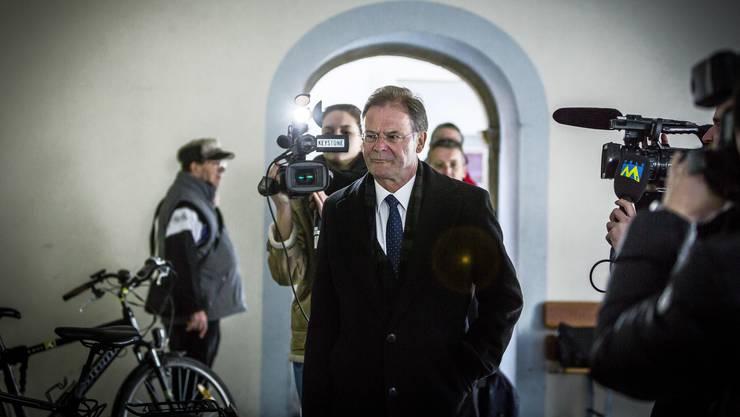 Walter Dubler betritt das Rathaus in Zurzach.