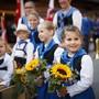 Kinder warten auf ihren Auftritt am grossen Umzug des Volksmusikfests in Crans-Montana.
