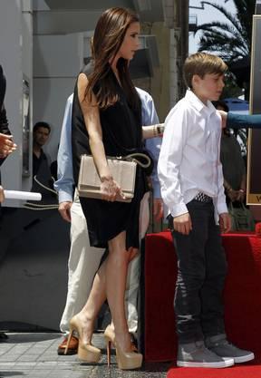 Victoria Backham und ihr Sohn Brooklyn nehmen am 23. Mai bei einer Zeremonie am Walk of Fame in Hollywood. Die hochschwangere Victoria trägt immer noch (sehr) hohe High Heels