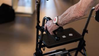 «In den Diskussionen ums Alter geht es zu oft um Pflegeleistungen und zu wenig um den Menschen», sagt Buchautorin Rebecca Niederhauser. (Symbolbild)