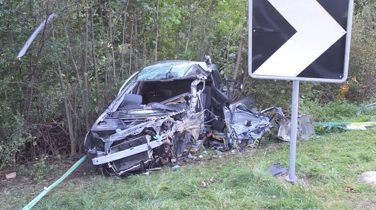 Der Verunfallte war nicht ansprechbar, die Rettungskräfte fanden ihn im total demolierten Auto vor.