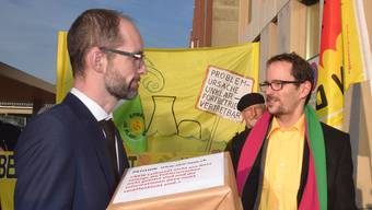 Grünen-Nationalrat Balthasar Glättli (rechts) übergibt die Unterschriften dem Ensi-Kommunikationsleiter Sebastian Hueber.