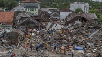 Die Zahl der Personen, welche bei dem verheerenden Tsunami in der Sundastrasse zwischen den indonesischen Inseln Sumatra und Java ums Leben gekommen sind, ist nach neuen Angaben auf mindestens 429 Menschen gestiegen.