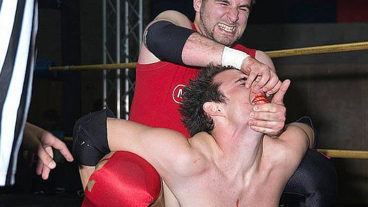 Roudin (hinten) in Aktion: Bei seinem Gegner fliesst Kunstblut.