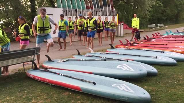 Die Teilnehmer fassen ihre Ausrüstung und dann geht es los auf den Zürichsee.